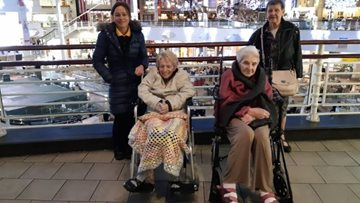 Retail therapy takes a festive twist for Stalybridge care home Residents
