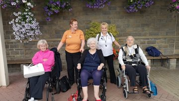 Pudsey care home Residents enjoy 'blooming' good day at Tong Garden Centre