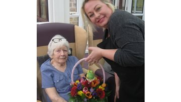 Professional florist helps Residents create beautiful bouquets